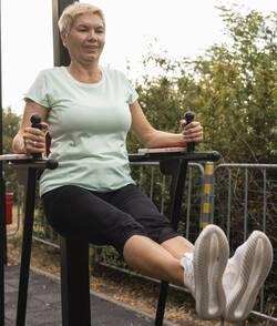kracht-oefening-oudere-vrouw